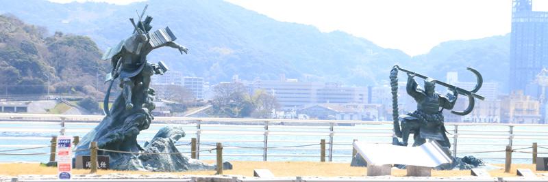 壇ノ浦の海を背景に