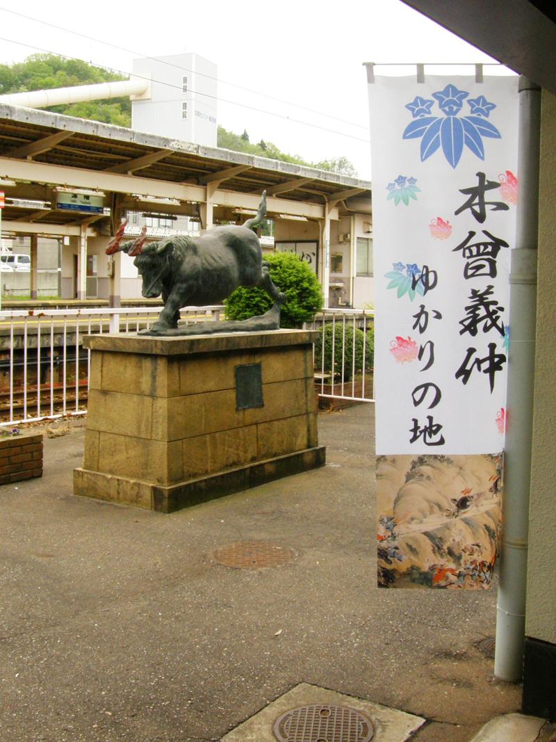 JR津幡駅の幟と火牛の計像