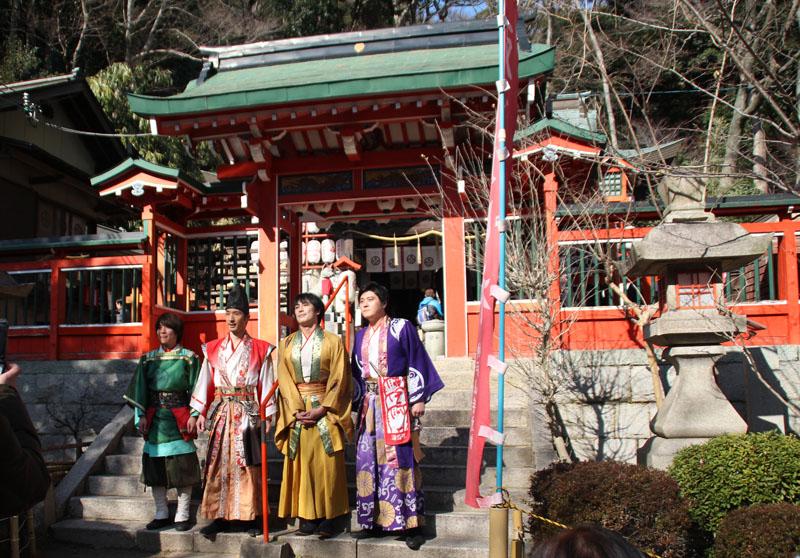 社殿前で神戸・清盛隊が記念撮影